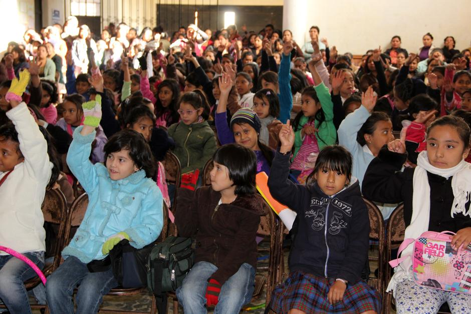 Varios centenares de niñas fueron inscritas en la Escuela Tipo Federción Jose Joaquín Palma, en la zona 12 capitalina. (Luis Barrios/Soy502)