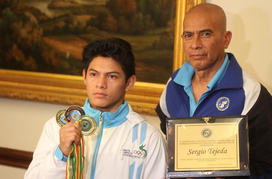 Jorge Vega y su entrenador, Sergio Tejeda, reciben reconocimiento de la Fedegimnasia. (Foto: Luis Barrios/Soy502)