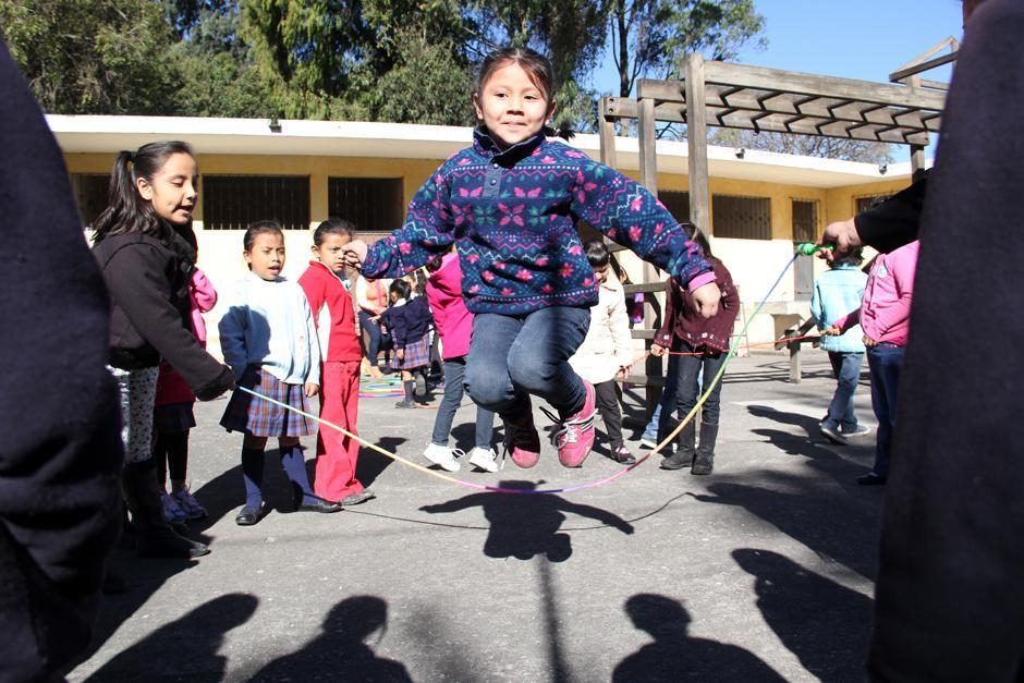 Las niñas de la Escuela Tipo Federación Jose Joaquín Palma, en la zona 12 capitalina, iniciaron el ciclo escolar 2014 con juegos tradicionales. (Luis Barrios/Soy502)