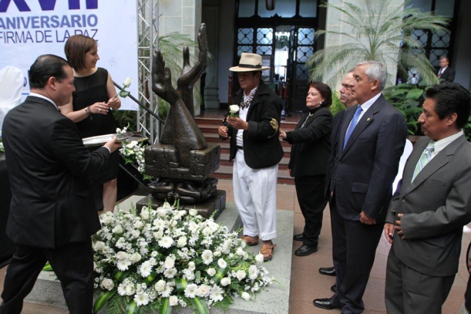 María Pacheco, representante de la organización Kiej de los Bosques, y Fausto Chalí, del Grupo Artístico Xajil, cambiaron la Rosa de la Paz durante el acto en el Palacio Nacional de la Cultura. (Foto: Ministerio de Cultura y Deportes)