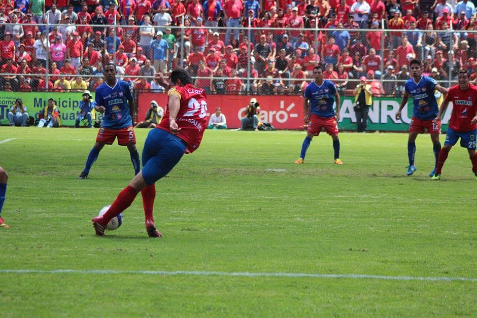 Durante los noventa minutos de juego, pese a no estar en su mejor condición física, Carlos Ruiz mostró gran habilidad con el balón