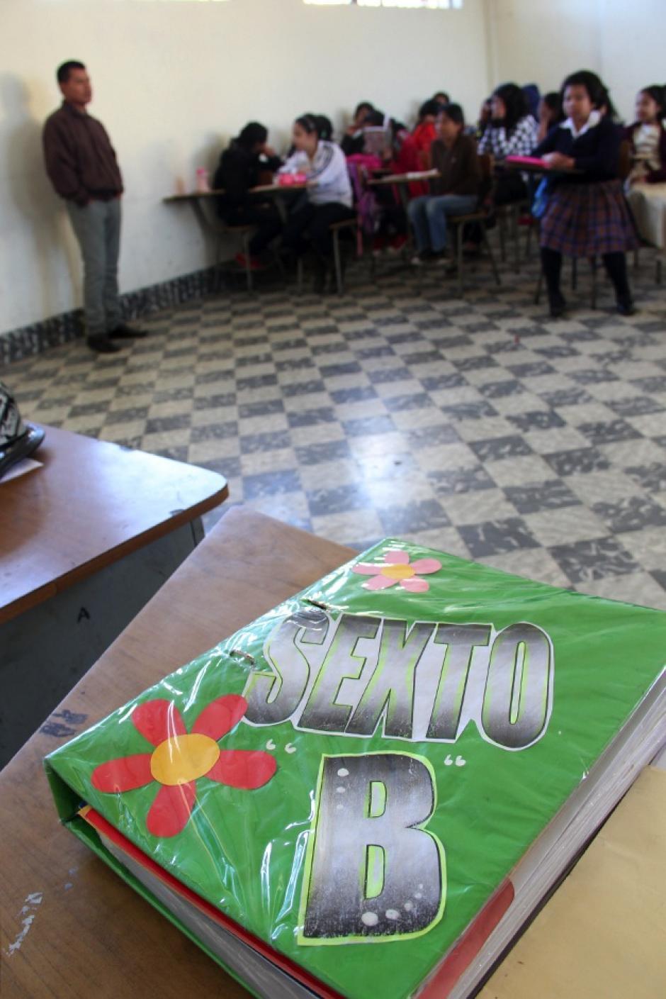 """Las niñas de sexto """"sección B"""" de la Escuela Tipo Federación Jose Joaquín Palma, en su primer día de clases del ciclo lectivo 2014. (Luis Barrios/Soy502)"""