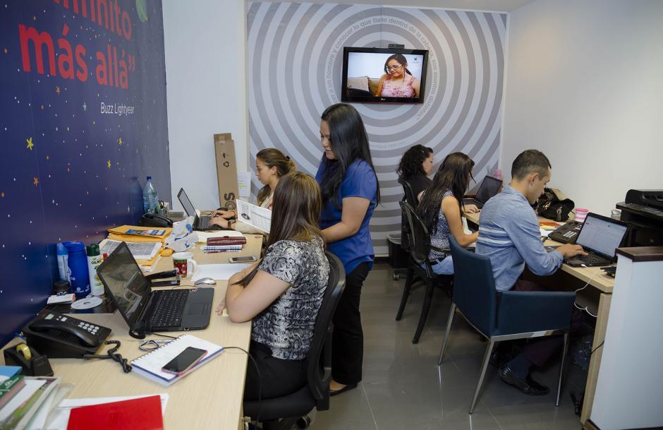 Parte del equipo de la agencia de publicidad que celebra 15 años de operaciones. (Foto: George Rojas/ Soy502)