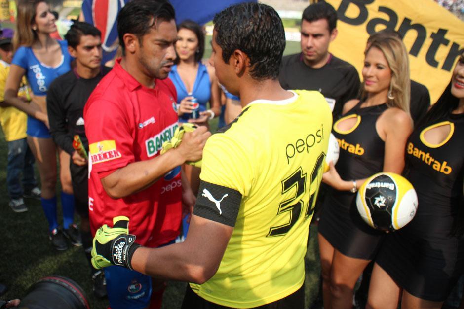 Los capitanes Carlos Ruiz, de Municipal y JJ Paredes, de los Cremas.(Foto: José Dávila/ Soy502)
