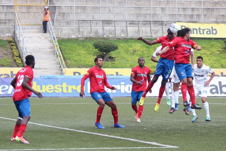 El clásico del fútbol nacional, que se jugó el sábado, terminó sin anotaciones. (Foto: José Dávila/Soy502)