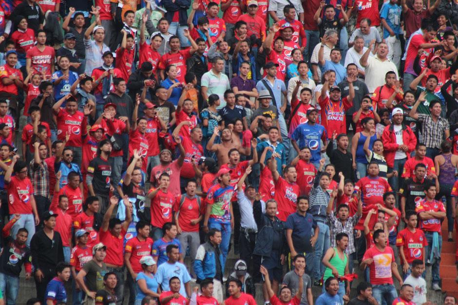 Los aficionados rojos, de visita en el campo de los Cremas. (Foto: José Dávila/ Soy502)