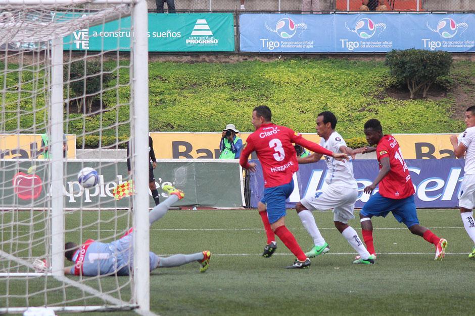 Morandi ha sido la figura de los rojos, pues ha salvado y mantuvo el 0-0 en la primera parte del Clásico.(Foto: José Dávila/ Soy502)