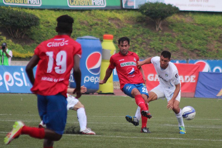 Carlos Ruiz, al frente del ataque de los Rojos, regresó a los Clásicos. (Foto: José Dávila/Soy502)