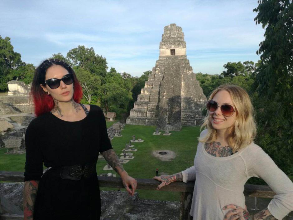Megan Massacre y Cervena Fox no quisieron dejar de retratarse con el Gran Jaguar. (Foto: Inguat)