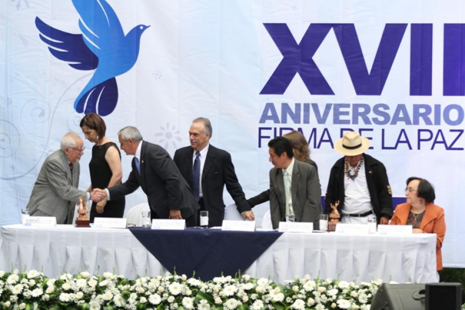 El excomandante guerrillero Ricardo Rosales saluda a Otto Pérez Molina durante el acto de los 17 años de firmados los Acuerdos de Paz en Guatemala. (Foto: Ministerio de Cultura y Deportes)
