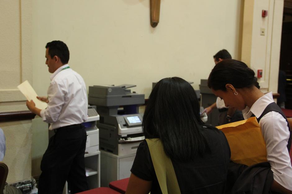 Un servicio de fotocopias facilita a los participantes el poder entregar más hojas de vida. (Foto: Roberto Caubilla/Soy502)