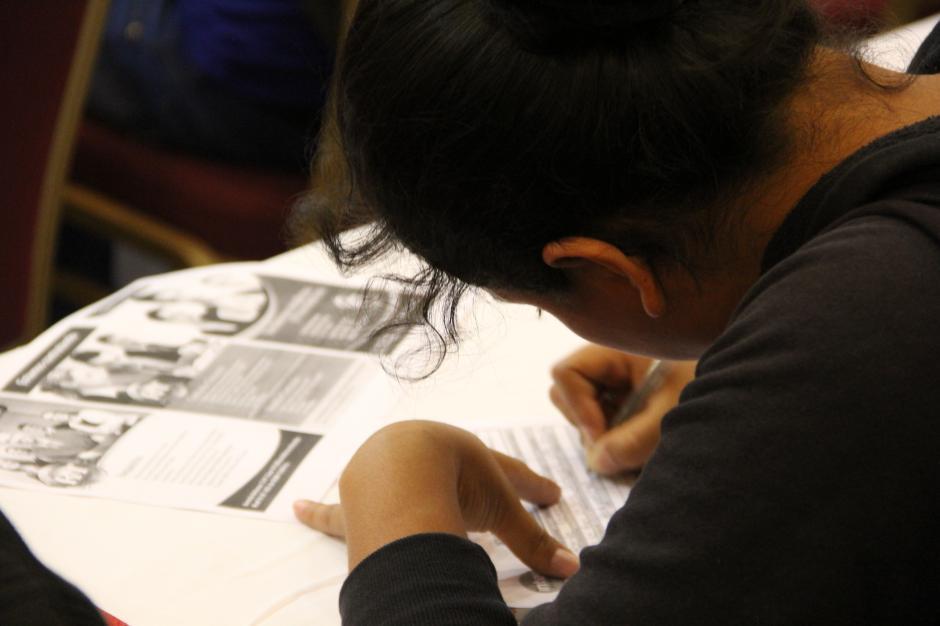 Los candidatos deben rellenar unos formularios respecto al puesto al que quieren aspirar. (Foto: Roberto Caubilla/Soy502)