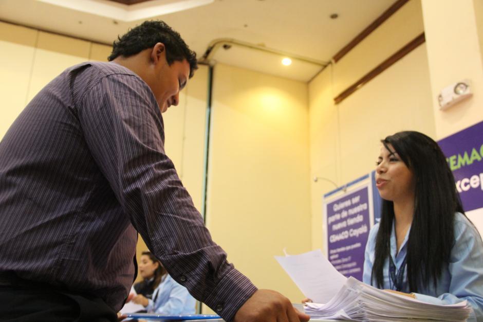 Cerca de 30 empresas estuvieron recibiendo la papelería de los candidatos. (Foto: Roberto Caubilla/Soy502)