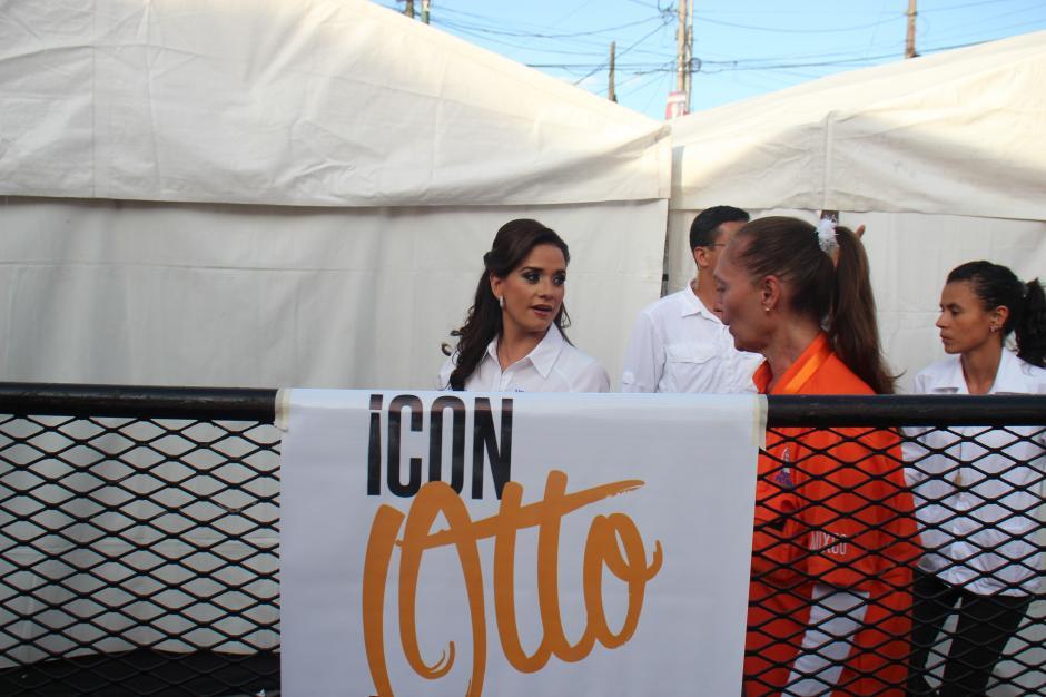 Stella Alonzo, conviviente de Otto Pérez Leal, se prepara para subir al escenario durante el cierre de campaña, el pasado domingo. (Foto: Alejandro Balán/Soy502)
