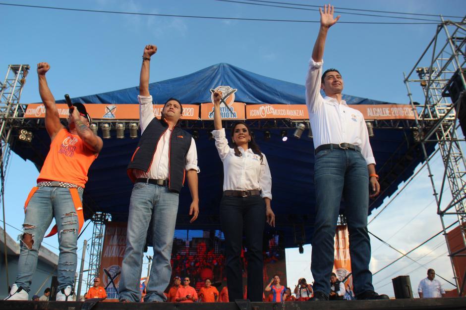 El alcalde de Mixco, Otto Pérez Leal, junto a su conviviente Stella Alonzo y el cantante brasileño Tavito Bam Bam. (Foto: Alejandro Balán/Soy502)