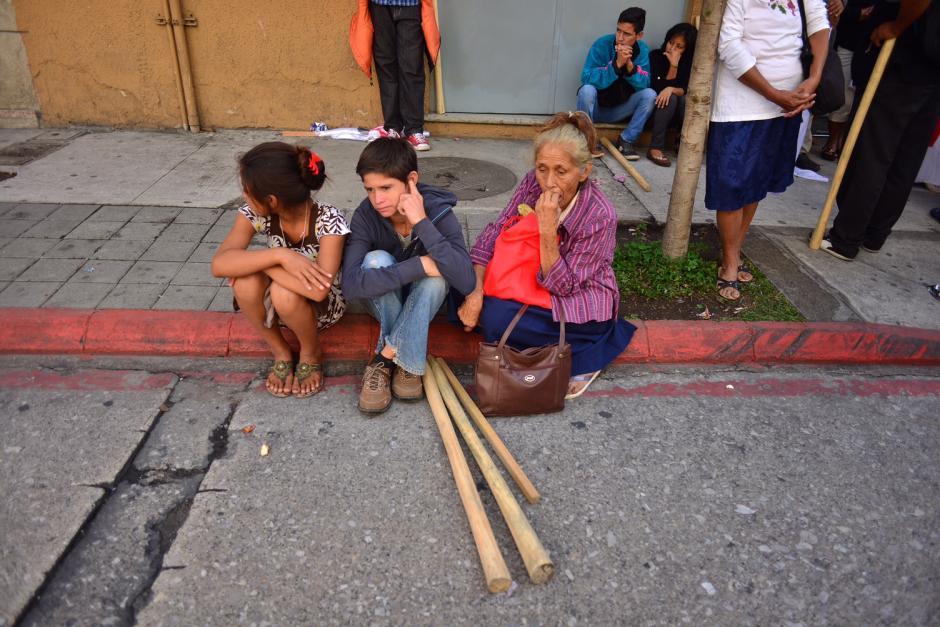 La procuradoría de DDHH registró personas acercándose a la zona desde las 4:30 de la mañana. (Foto: Jesús Alfonso/Soy502)