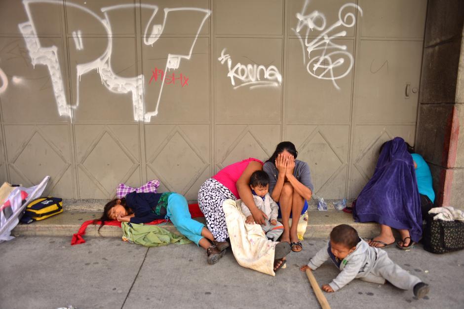 Desde primera hora de la mañana, mujeres y niños participaron en los bloqueos en los accesos al Congreso. (Foto: Jesús Alfonso/Soy502)