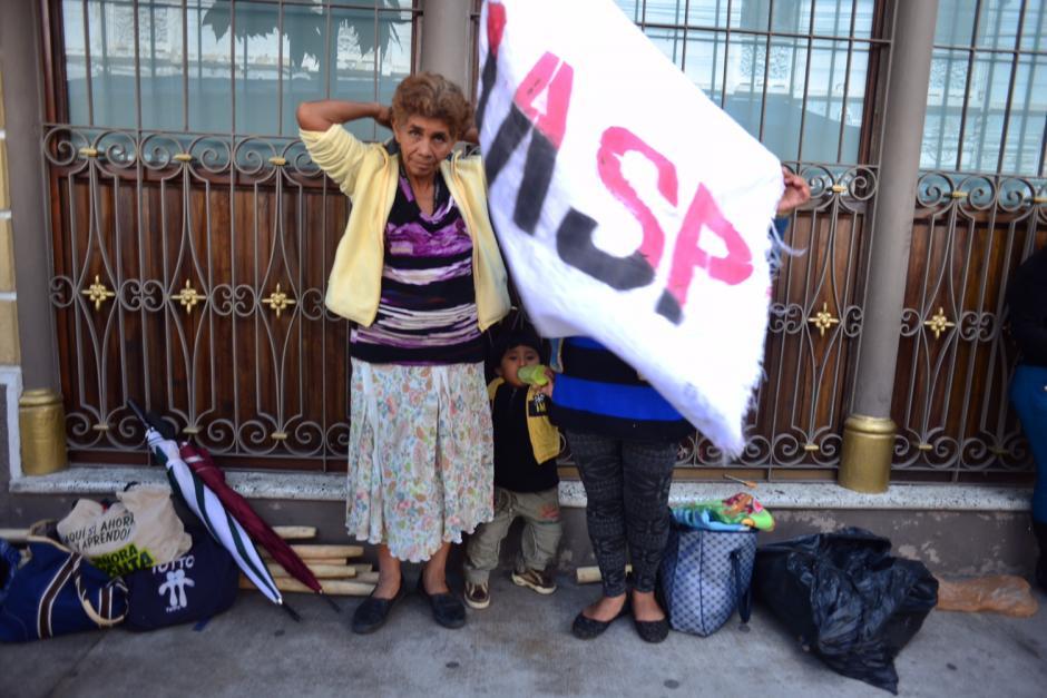 Bebé toma su alimento mientras sus familiares participan en la protesta. (Foto: Jesús Alfonso/Soy502)