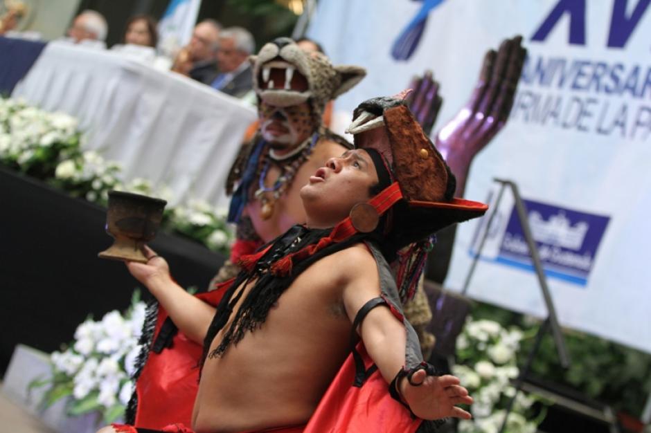 Una ceremonia Maya fue celebrada durante el acto de conmemoración de la firma de los Acuerdos de Paz. (Foto: Ministerio de Cultura y Deportes)