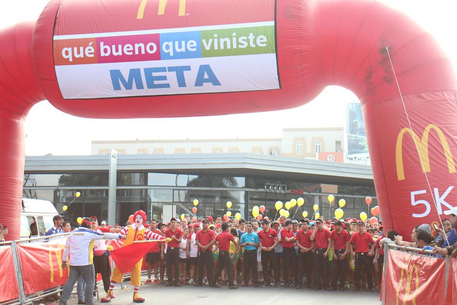 El icónico personaje fue el encargado de dar el banderazo de salida a las 8 de la mañana. (Foto: José Dávila/Soy502)