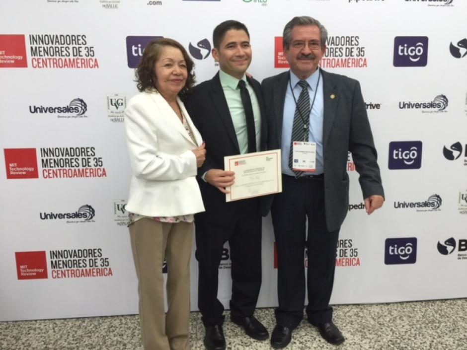 Los premios que recibió el científico guatemalteco se los dedicó a su familia, principalmente a sus padres.(Foto: Soy502)