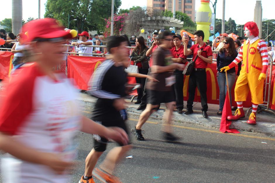 Ronald McDonald animó la carrera. (Foto: José Dávila/Soy502)