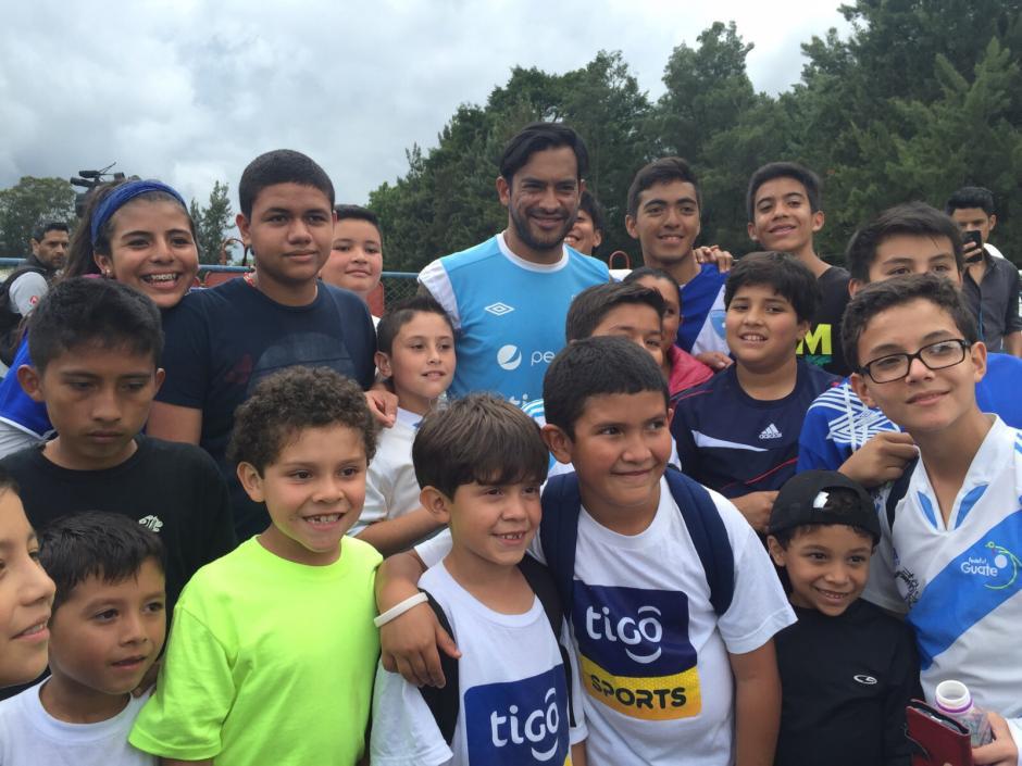 Carlos Ruiz fue uno de los jugadores que recibió más atención por parte de los niños que compartieron con la Azul y Blanco. (Foto: Orlando Chile/Nuestro Diario)