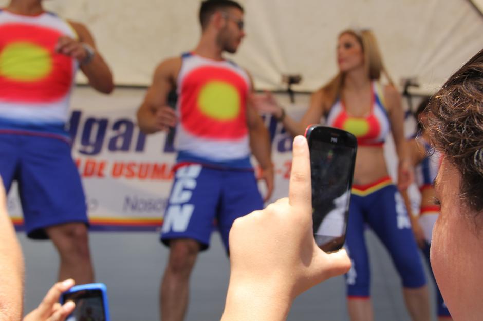 El público enloqueció en el momento en que aparecieron las estrellas de la televisión y no dejaron de grabarles y tomarles fotos. (Foto: Roberto Caubilla/Soy502)