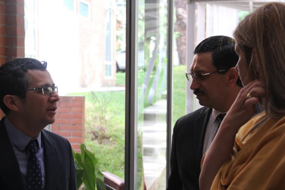Viceministro Óscar Padilla y Justo Solórzano, Unicef, conversan en la antesala de la presentación del documental en Guatemala. (Foto: Roberto Caubilla/Soy502)