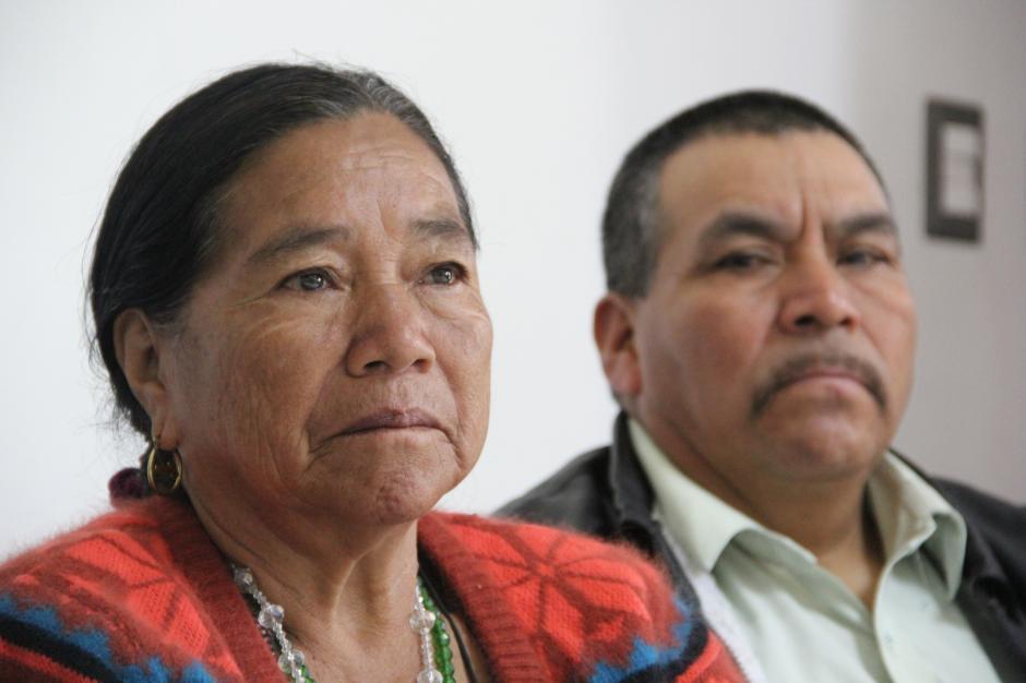 Con lágrimas en los ojos, los abuelos que asistieron a la presentación miraban el avance del documental. (Foto: Roberto Caubilla/Soy502)