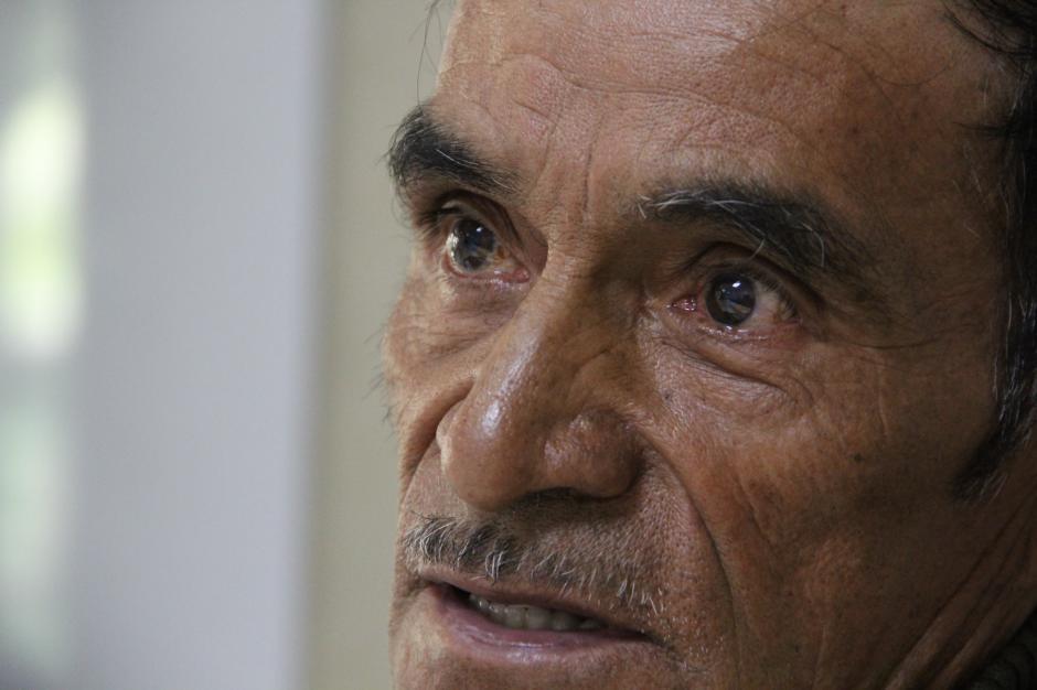 Uno de los protagonistas del video, don Fidel, se mostró apenado de que su nieta se tiene que regresar a EE.UU. después de la presentación. (Foto: Roberto Caubilla/Soy502)