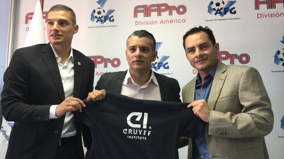 Cristian Álvarez, Luis Arboleda y Carlos Figueroa posan para la foto tras la firma del convenio. (Foto: Luis Barrios/Soy502)