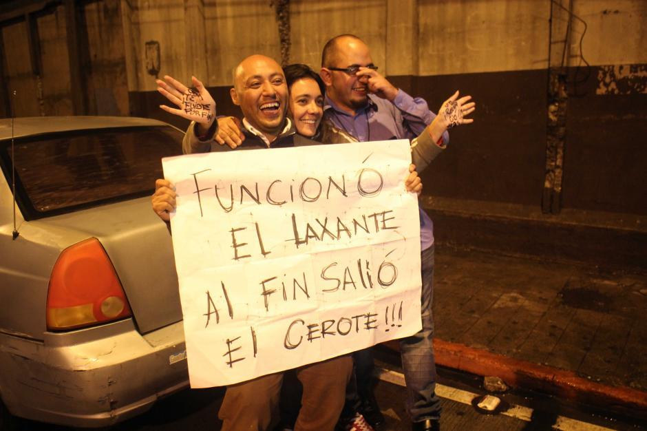 Un grupo de guatemaltecos se presentó a la Torre de Tribunales para festejar la renuncia del Presidente Otto Pérez Molina. (Foto: Alejandro Balan / Soy502)