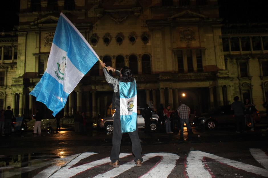 Un guatemalteco celebra la renuncia de Pérez Molina frente al Palacio Nacional de la Cultura. (Foto: Alejandro Balan / Soy502)