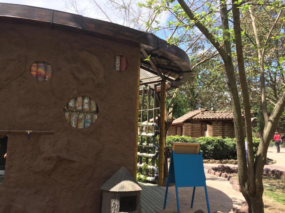 La casa pretende dar ideas sostenibles a los visitantes del Zoo La Aurora.  (Foto: Roberto Caubilla/Soy502)