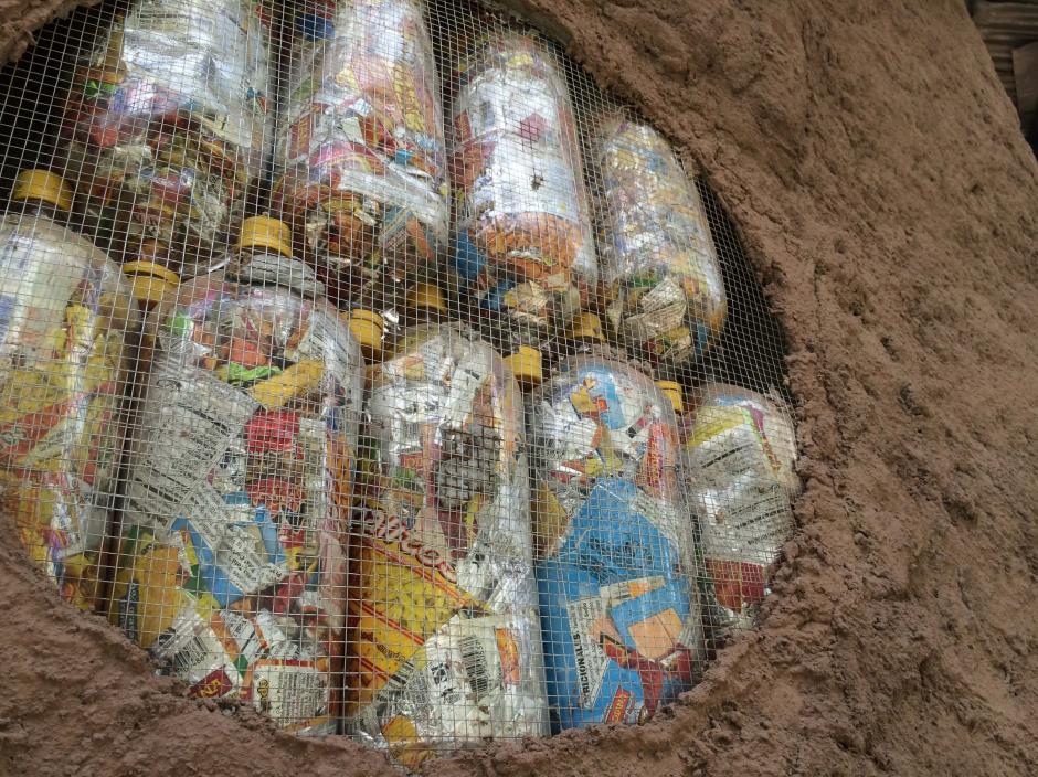 Los muros están construidos con ecoladrillos. (Foto: Roberto Caubilla/Soy502)