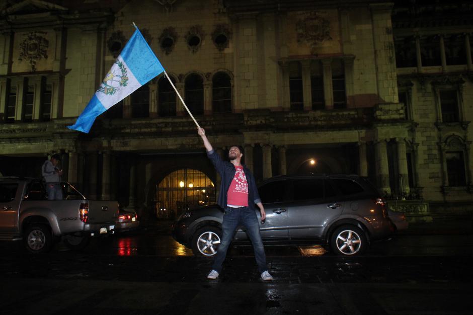 Desde horas de la noche y madrugada un grupo de guatemaltecos celebran la renuncia del presidente Otto Pérez Molina. (Foto: Alejandro Balan/ Soy502)