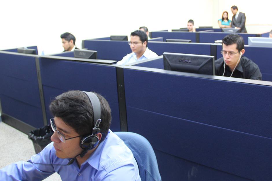 En el Departamento de Monitoreo trabajan 11 personas en dos turnos y cada uno gana 6 mil 500 quetzales. En las pantallas se podía ver el monitoreo de medios de comunicación en sus versiones digitales y páginas de Facebook y Twitter. (Foto: Luis Barrios/Soy502)