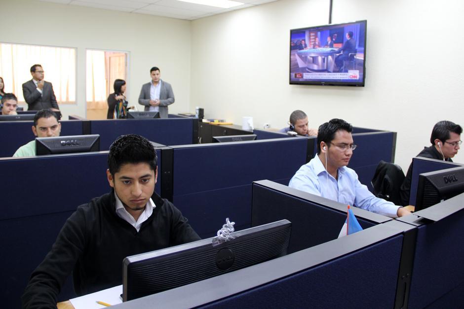 Mientras Soy502 se encontraba en el lugar, los empleados monitorearon únicamente medios de comunicación en sus versiones digitales, y los enlaces compartidos por facebook.(Foto: Luis Barrios/Soy502)