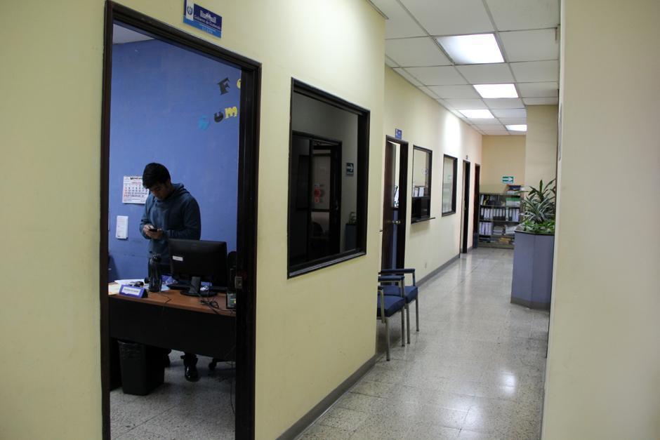 Este martes se permitió el acceso a las oficinas, en el pasillo de entrada se encuentran varias oficinas que se dicen, son administrativas de la Secretaría de Comunicación Social de la Presidencia que también ocupa un área extensa en el Palacio Nacional de la Cultura y donde se ubica la oficina del Secretario y Subsecretario. (Foto: Luis Barrios/Soy502)