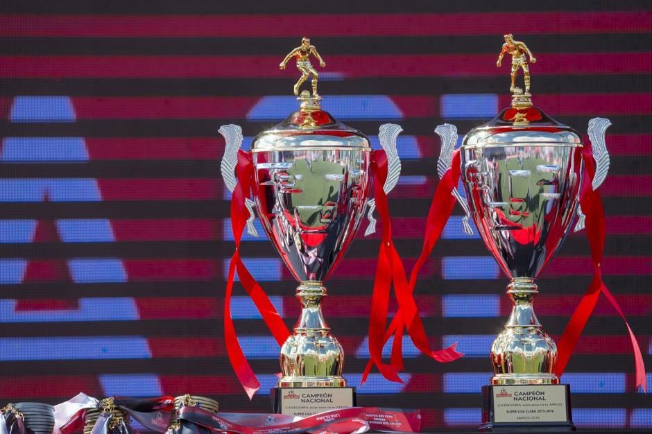 Los equipos ganadores fueron premiados en una emocionante velada deportiva. (Foto: George Rojas /Soy502)