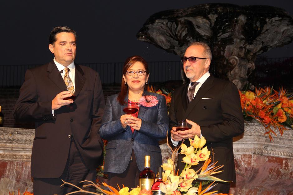 Roberto García Botran, Presidente y CEO de Ron Botran, junto a Emilio Estefan, en la conferencia que se llevó a cabo en Antigua, en la que se dio a conocer que Estefan representará la imagen del ron guatemalteco en Estados Unidos.(Foto: Luis Barrios/Soy502)