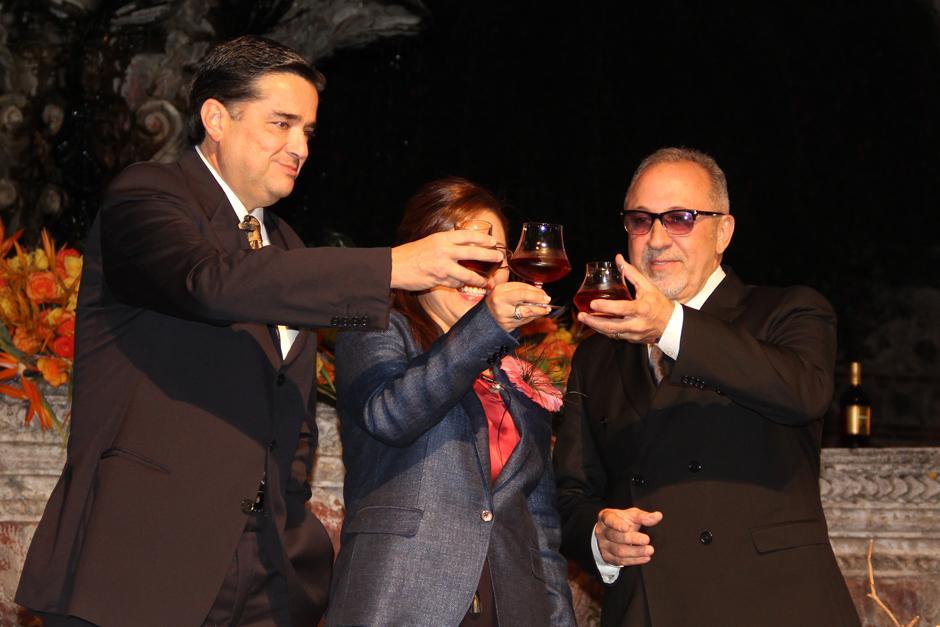 Altos ejecutivos de Ron Botran brindan con Emilio Estefan tras el anuncio oficial de la alianza para la campaña mediática en Estados Unidos.(Foto: Luis Barrios/Soy502)