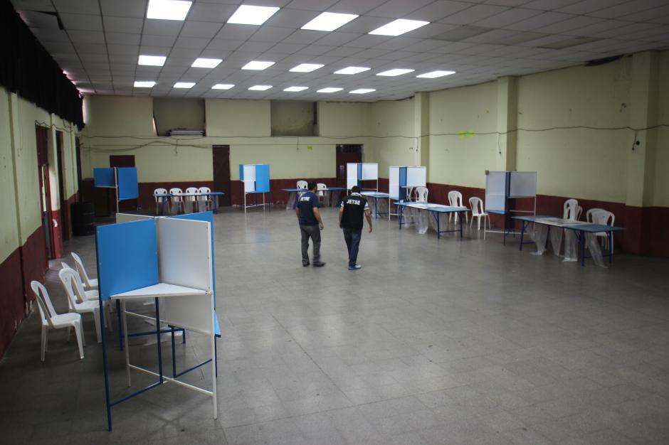 Integrantes de las Juntas Electorales del TSE alistan los últimos detalles en el Instituto Rafael Aqueche. (Foto: Alejandro Balán/Soy502)