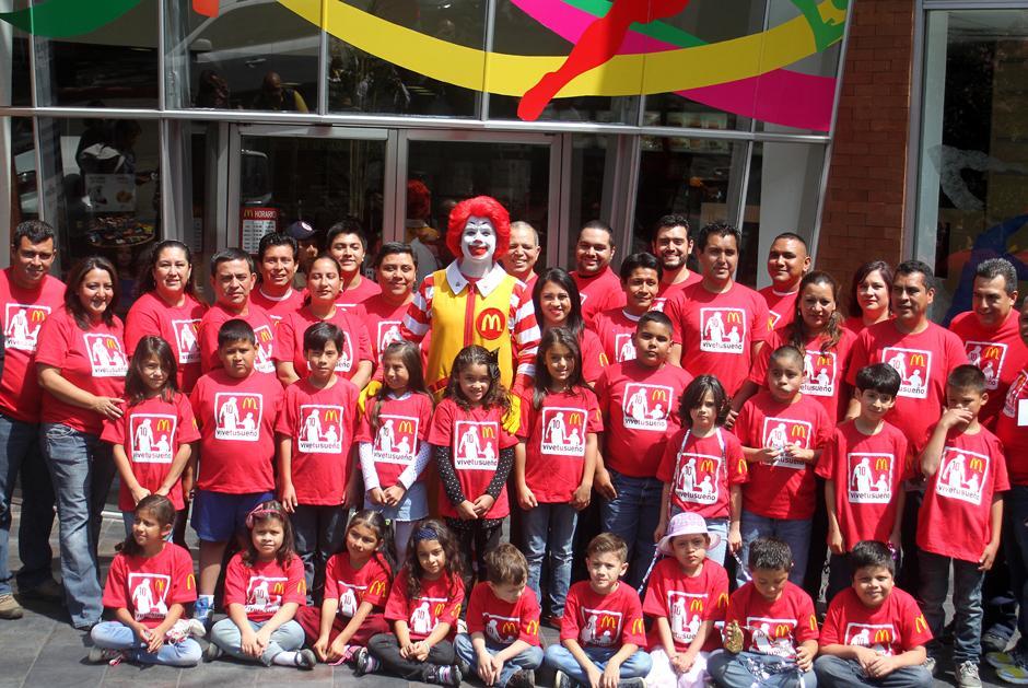Los 20 niños y sus acompañantes posaron con Ronald McDonalds, en la conferencia de prensa del anuncio de los ganadores de quienes irán a Brasil 2014. (Foto: Luis Barrios/Soy502)