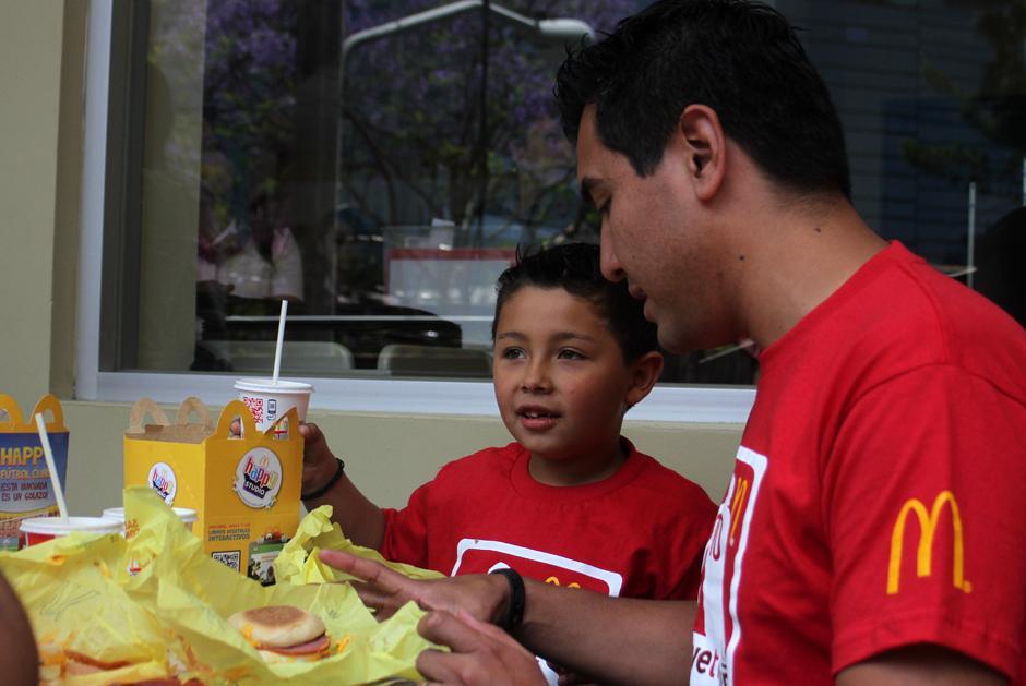 Padre e hijo disfrutaron de la Cajita Feliz de McDonalds y ganaron el viaje a Brasil 2014. (Foto: Luis Barrios/Soy502)