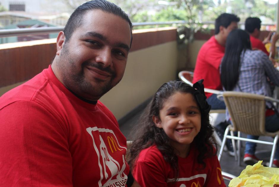 Un orgulloso padre junto a la pequeña Sol viajarán a Brasil 2014, gracias a McDonalds. (Foto: Luis Barrios/Soy502)