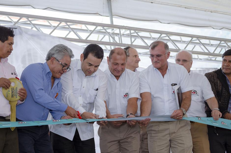 Jimmy Morales junto a representantes de Cervecería Centro Americana S.A. y Fundación F. Castillo Córdova, cortan el listón. (Foto: George Rojas /Soy502)