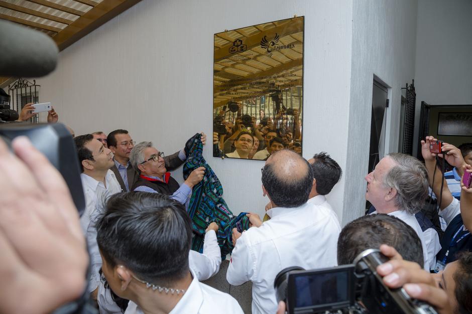 En el acto fue develada la placa conmemorativa del Centro de Salud y Nutrición Tzununá. (Foto: George Rojas /Soy502)
