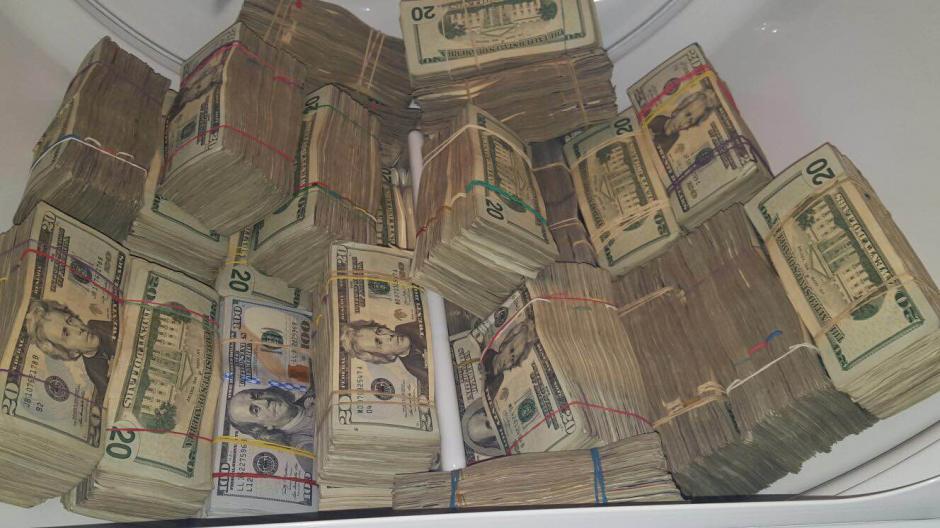 Los dólares incautados estaban escondidos en el interior de una secadora de ropa. (Foto: MP)